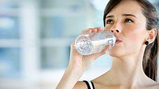 شرب الماء بعد الأكل مباشرة يؤدي إلى عسر الهضم والسمنة المفرطة