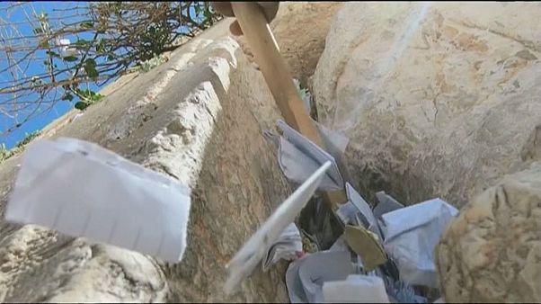 """طقوس إفراغ """"البريد"""" من شقوق """"حائط المبكى"""" في القدس"""