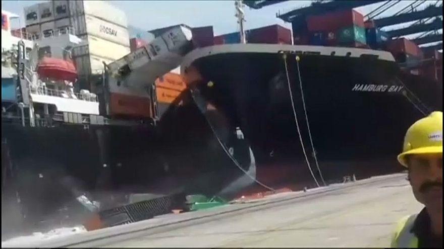 تصادم سفينتي شحن في ميناء كراتشي بالباكستان