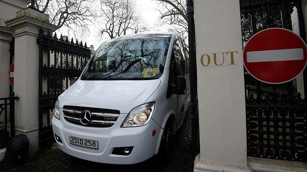 الدبلوماسيون الروسي يغادرون سفارة بلادهم في لندن