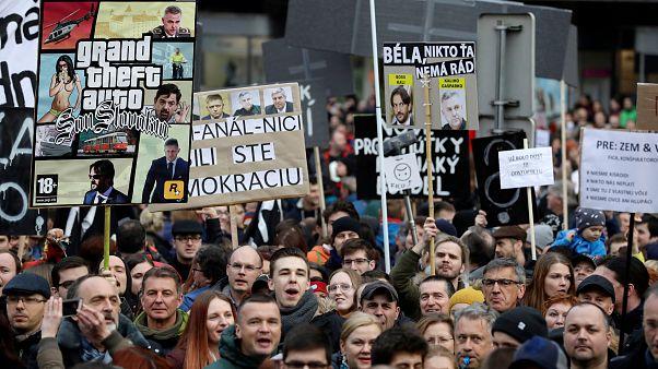 Gli slovacchi in piazza chiedono nuove elezioni