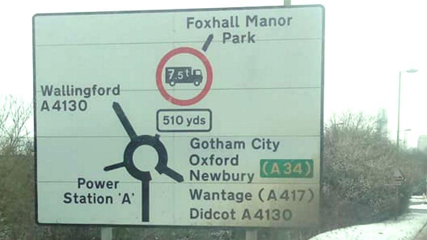 Középföldére, Gothamba és Smaragdvárosba irányítanak egy angol város táblái
