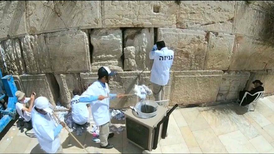 Kudüs: Ağlama Duvarı'ndaki dua notları toplanıyor