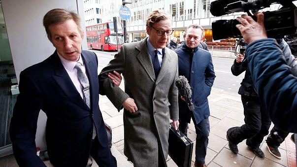 Alexander Nix y compañia frente a reporteros