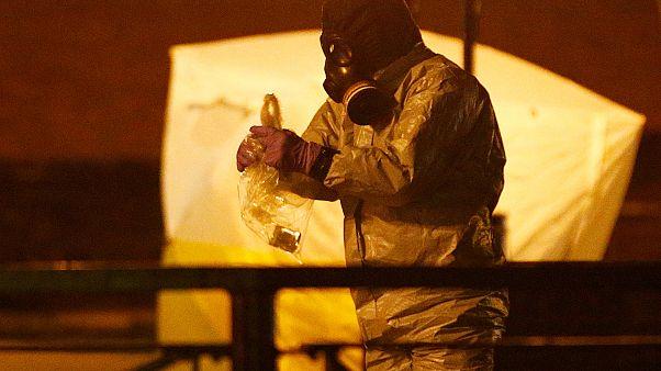 پلیس انگلیسی با لباس ویژه در محل مسمومیت سرگئی اسکریپال