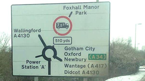 Erfundene Orte tauchen auf Straßenschildern in Oxfordshire auf