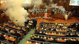 Κόσοβο: Σε πεδίο μάχης μετατράπηκε το κοινοβού`λιο
