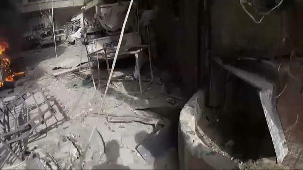 Doğu Guta'da yıkılan binalar ve yanan arabalar