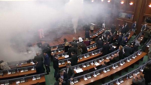 Oposição lança gás lacrimogéneo no Parlamento