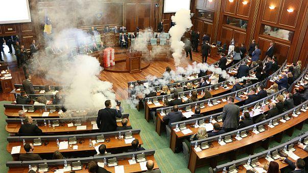 Kosova Meclisi'nde gaz bombası atıldı
