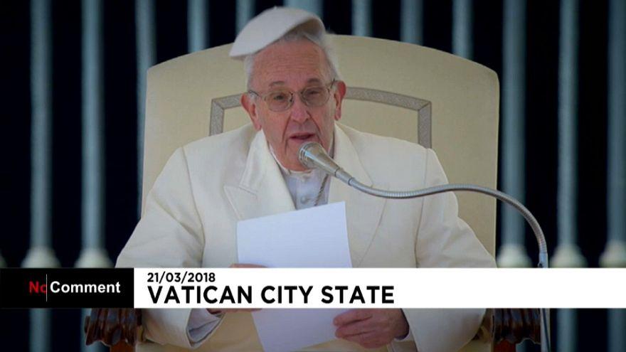 """Le pape souhaite un """"bon printemps"""" aux fidèles, sa calotte s'envole avec le vent!"""