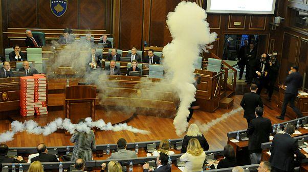 کوزوو؛ پرتاب گاز اشکآور توسط نمایندگان در پارلمان