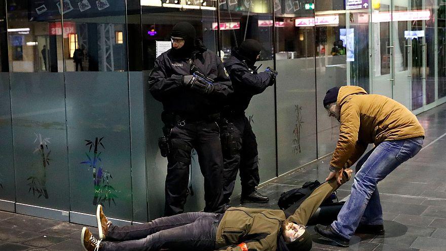 Полицейские и за террористов, и за жертв