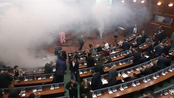 شاهد: قنابل الغاز المسيل للدموع داخل برلمان كوسوفو