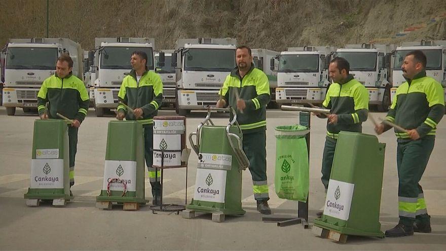 شاهد: عمال النظافة في تركيا يكونون فرقة موسيقية