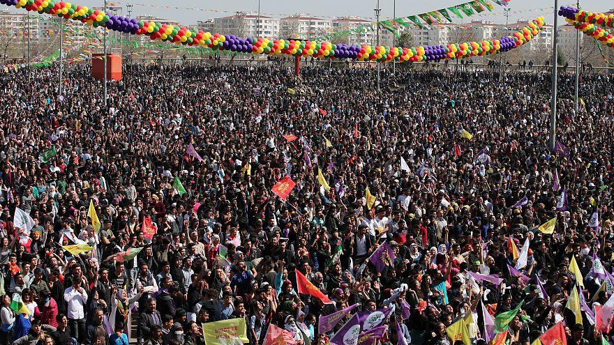 Turchia, migliaia di curdi riuniti per le celebrazioni del Newroz