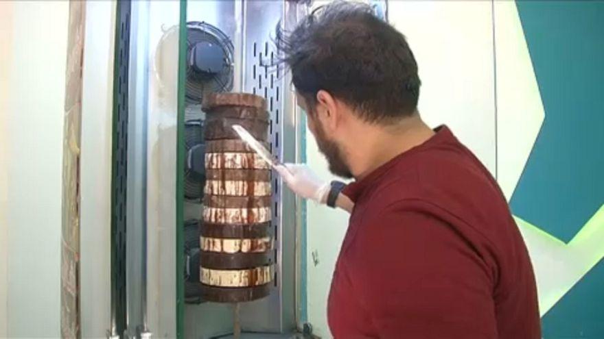شاورمة الشوكولاتة في مطعم قنبلة بالقاهرة