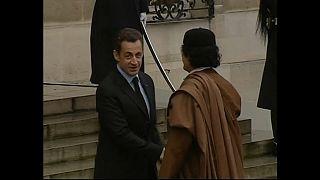 الرئيس الفرنسي السابق نيكولا ساركوزي والزعيم الليبي الراحل معمر القذافي