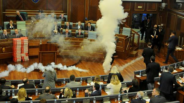 Kόσοβο: Δακρυγόνα και συλλήψεις μέσα στη βουλή