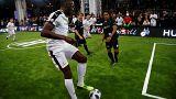Usain Bolt vuole darsi al calcio (e per ora riesce a farlo bene)