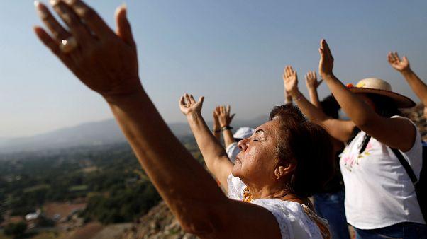 Miles de personas dan la bienvenida al equinoccio en México