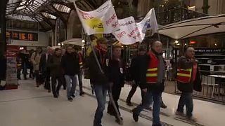 Fransız lider Macron ilk büyük grev testi ile karşı karışıya