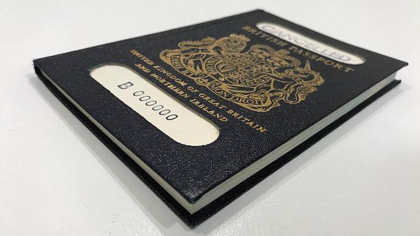 Vihar a kék brit útlevél körül