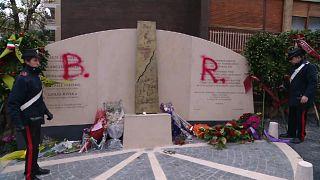 """Scritta """"BR"""" sul monumento di via Fani"""
