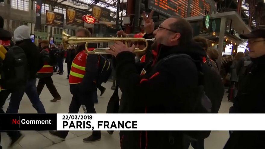 Fransa'da grev ulaşımı vurdu