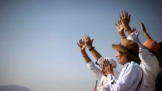 Die Hände zum Himmel