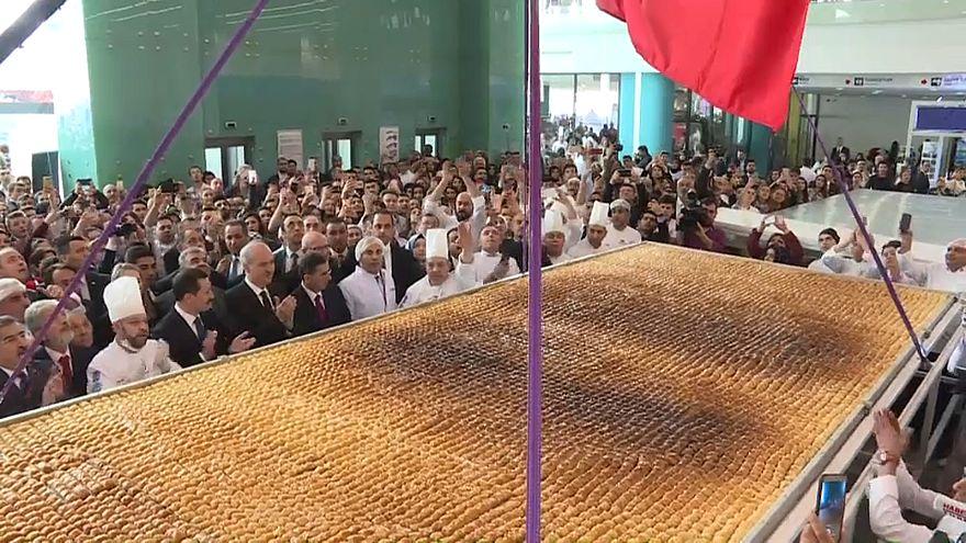 """Chefes turcos batem recorde da maior """"baklava"""""""