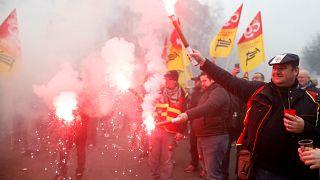 Több százezer közalkalmazott tüntetett Franciaországban