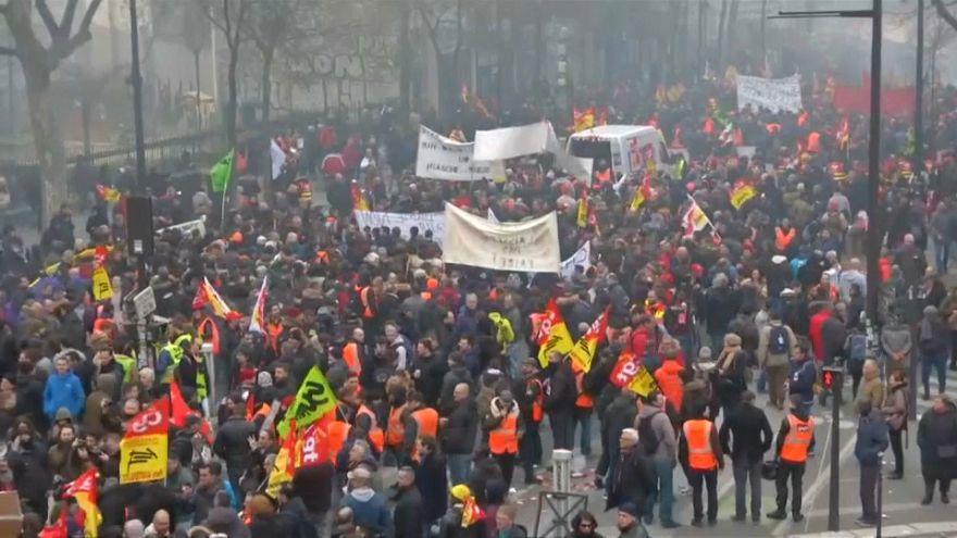 Parigi, migliaia in piazza contro i tagli al lavoro pubblico