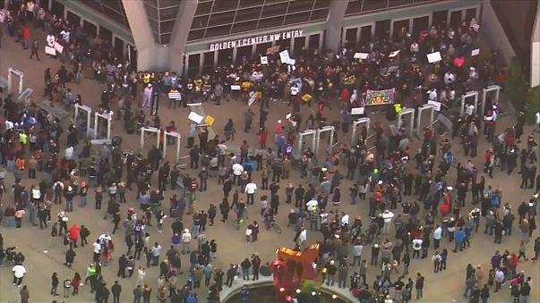 فيديو لشرطيين يطلقان النار على أسود أعزل يثير الاحتجاجات بكاليفورنيا
