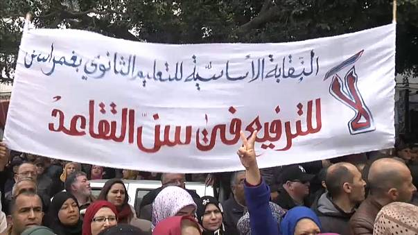 Tunuslu öğretmenlerden emeklilik yaşı protestosu