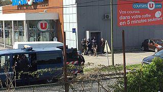 Sud della Francia: spari contro 4 poliziotti e ostaggi in un supermercato, tre vittime