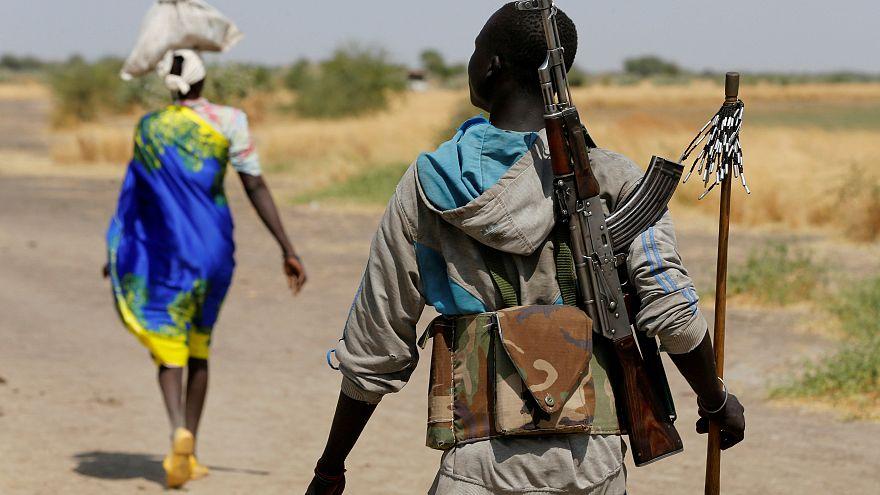 Um homem armado é fotografado perto da aldeia de Nialdhiu, Sudão do Sul