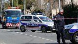 مقتل 3 في إطلاق نار واحتجاز رهائن في فرنسا .. وداعش يتبنى الهجوم
