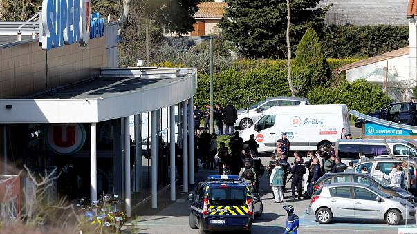 اعتقال شخص ثاني على صلة بهجوم فرنسا..  ووفاة شرطي بادل نفسه بأحد الرهائن