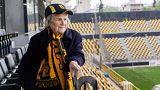 Conoce a la hincha griega de 82 años que anima al Aris Salónica desde 1954