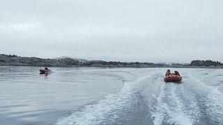 """نشطاء نرويجيون يعتلون منصة """"حفار"""" لمنعه من الإبحار إلى القطب الشمالي"""