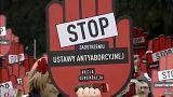 Az abortusz ellehetetlenítése ellen tüntettek Varsóban