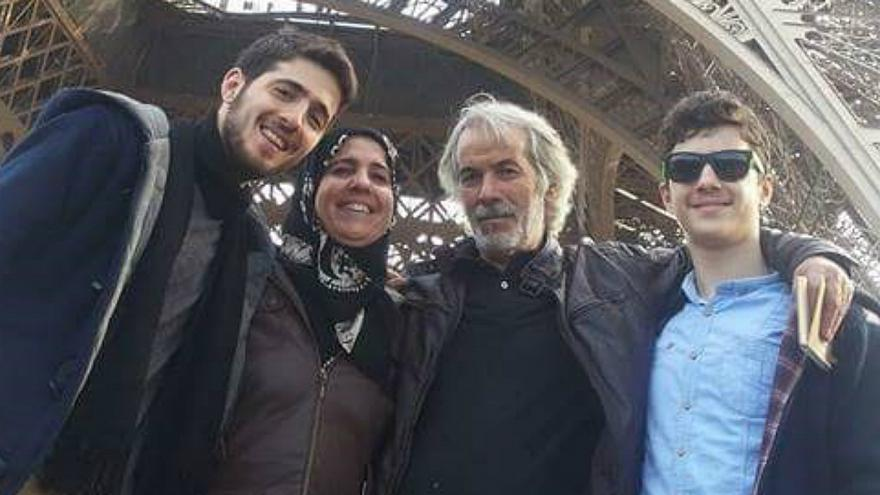 بالفيديو: قصة عائلة سورية خاطرت بحياتها لحماية صحفيين فرنسيين في الرقة