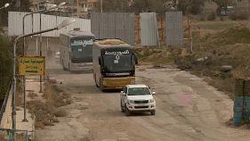 Mehr und mehr Rebellen verlassen mit ihren Familien Ghouta