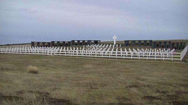 Guerre des Malouines : des familles argentines rendent hommage à un officier britannique