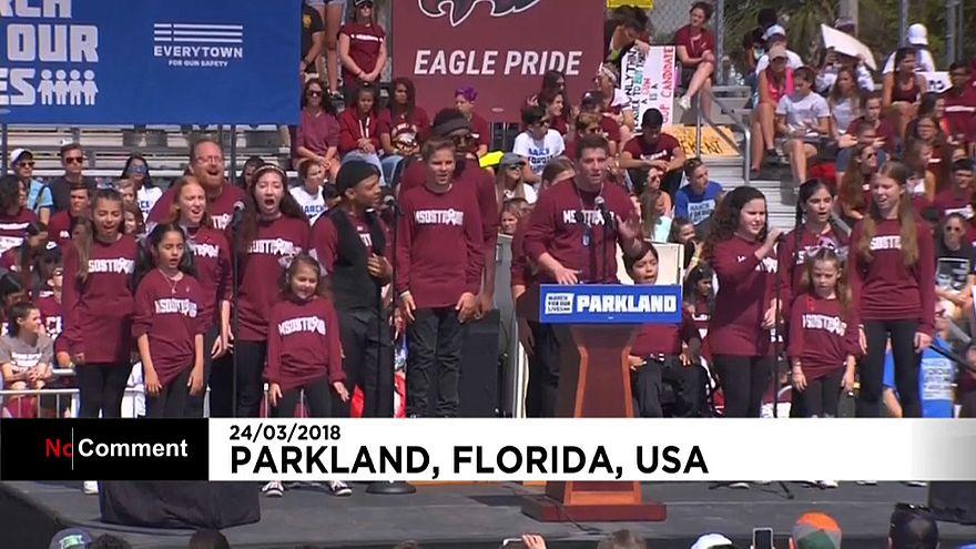"""شاهد: طلبة ناجون من حادث إطلاق نار يغنون خلال مشاركتهم في مسيرة """"من أجل حياتنا"""""""