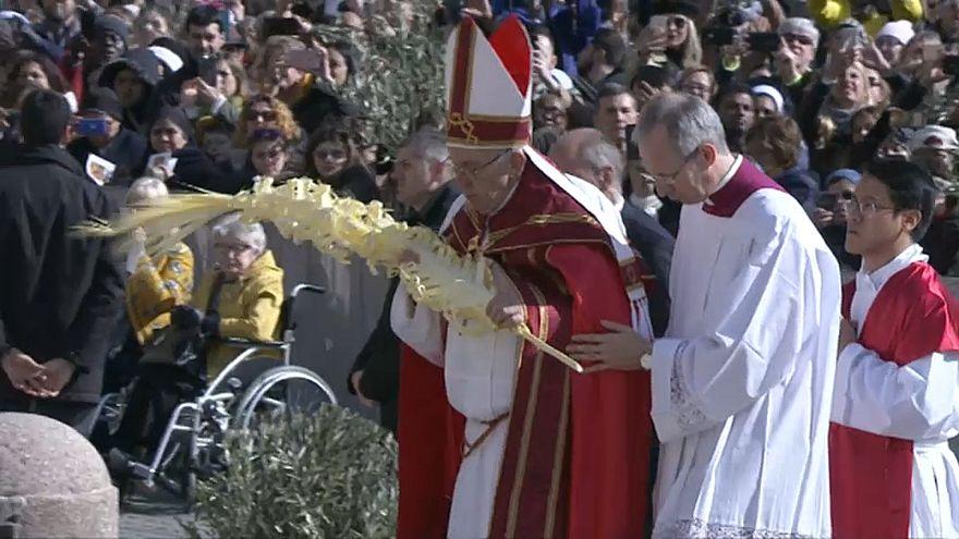 """Il Papa ai giovani """"Gridate prima che gridino le pietre"""""""