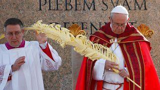 A fiataloknak üzent Ferenc pápa virágvasárnap