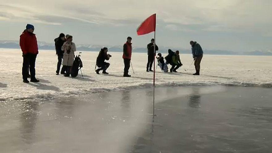 Golfverseny a Bajkál-tó jegén