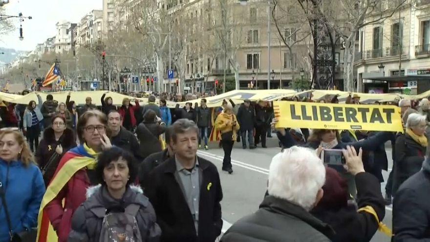 Miles de personas salen a las calles catalanas tras la detención de Puigdemont